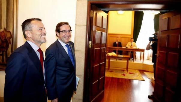 El alcalde dimisionario, Ángel Currás, y el ya regdor compostelano, Agustín Hernández, antes del pleno del 08 de julio de 2014 FOTÓGRAFO: XOÁN A. SOLER