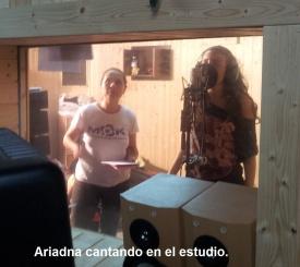 Ariadna cantando en el estudio