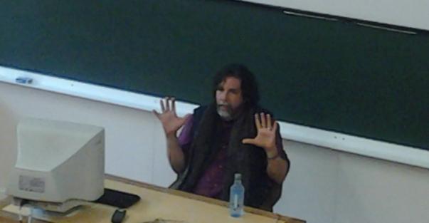 Ramón Grossfoguel durante su charla en la Facultad de Ciencias de la Comunicación